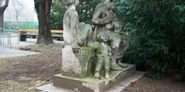 Nő, három gyerekkel, fotó: Ocsovai András, köztérkép