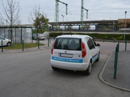 Itt a tökéletes mintapélda: így NE parkolj! (Fotó: vezess.hu)
