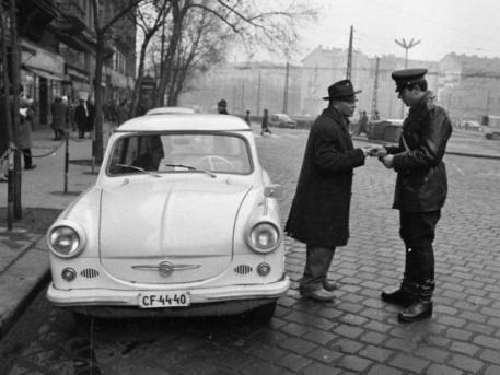 Trabant vezetőjét igazoltatják a 60-as években (forrás: Magyar Rendőr)