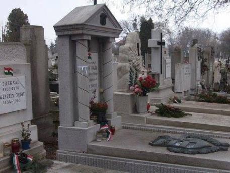 Szépen rendbe hozott síremlékek (fotó Évike Priska)