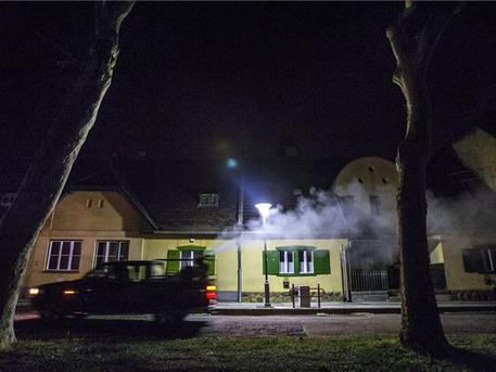 Most a földön permeteznek (fotó: Szigetváry Zsolt - MTI)